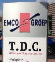 Zuil met logo's van EMCO-groep en van TDC
