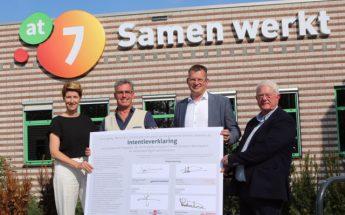 Foto: De ondertekenaars bij het bedrijfsverzamelgebouw AT7 SAMEN WERKT vlnr Heidy Postma, Jan Edzes, Raymond Wanders en Fred de Leeuw. —Foto Ko Oost—